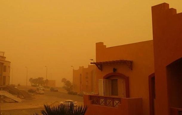 Песчаная буря в Египте парализовала транспорт