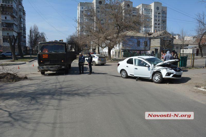 В Николаеве бензовоз протаранил легковушку Renault