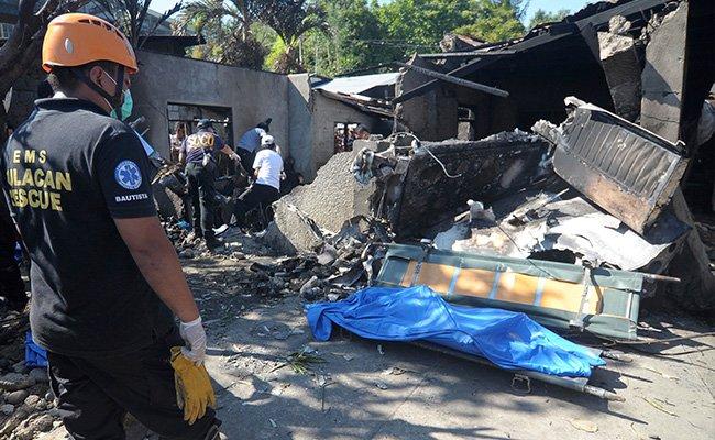 На Филиппинах самолет врезался в дом. Погибли все