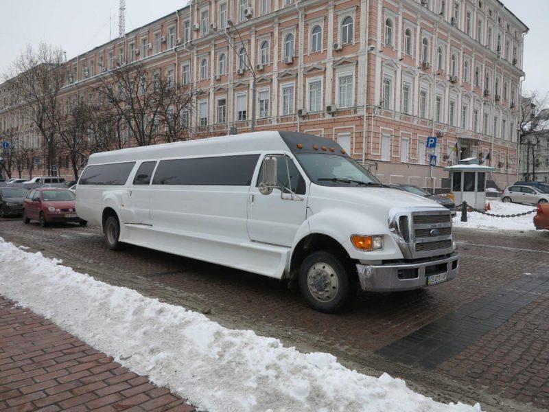 Лимобас – 3 тыс.грн. в час. Это уже не лимузин, это бар-караоке на колесах