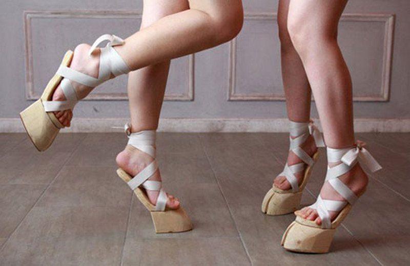 В Японии вошли в моду сандалии в виде копыт
