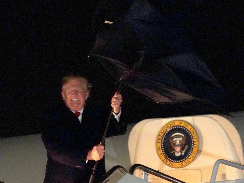 """""""Прическа не пострадала"""": президент США попал в курьезную ситуацию с зонтом"""