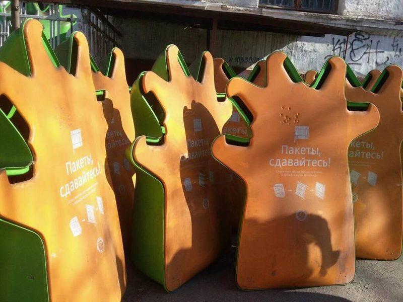 В школах Николаева появились пластиковые «человечки» – для сбора упаковки от соков и молока