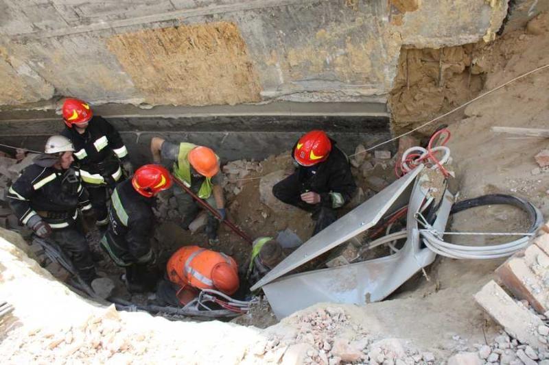 В Виннице на стройке рухнула стена дома. Под завалами оказались три человека