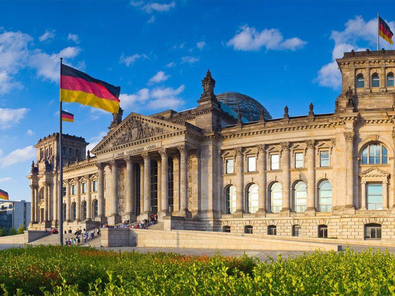 Берлин запрещает работу баров и магазинов, встречи в парках в ночное время
