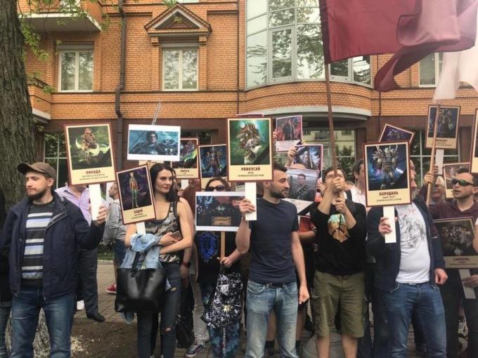 В Киеве вместо военных плакатов участники на акцию пришли с изображениями персонажей World of Warcraft
