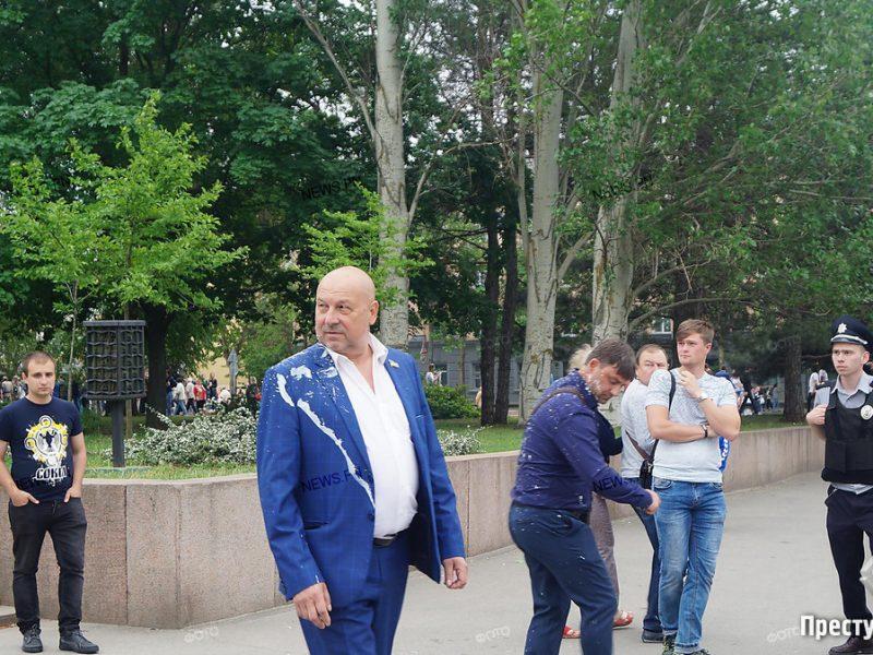 В Николаеве двух депутатов облсовета облили кефиром