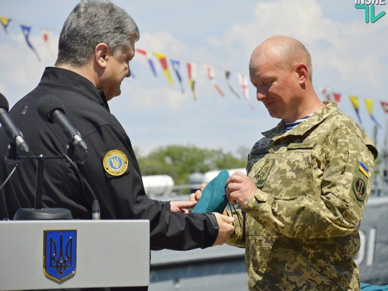 Президент Украины в Николаеве подписал Указ о новом Дне морской пехоты и вручил береты нового образца