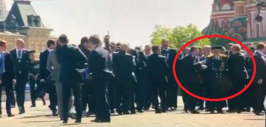 Охрана Путина оттолкнула ветерана на параде в Москве