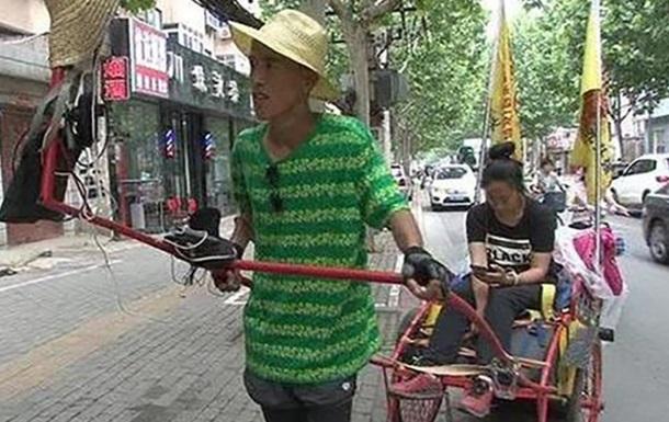 В Китае мужчина ради свадьбы вез девушку на тележке 41 день