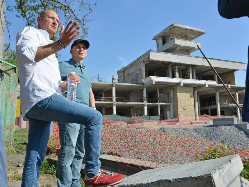 Реконструированную набережную у николаевского речвокзала обещают открыть летом, а культурный центр – ко Дню города