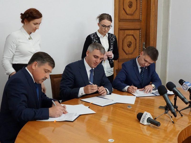 Сенкевич подписал меморандум с миграционной службой: вскоре горожане смогут получать биометрические паспорта в ЦНАПах