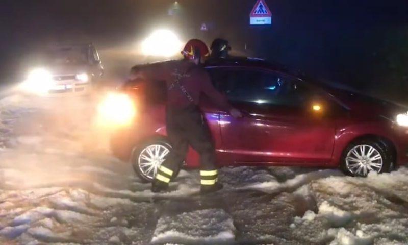 Градовый шторм обрушился на Италию. На улицы вывели снегоуборочные машины