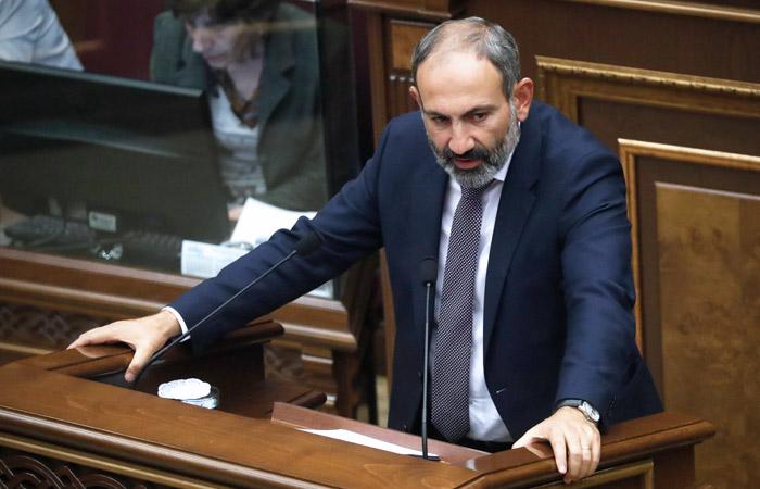 Премьер Армении обвинил протестующих в краже компьютера, часов и духов из его дома