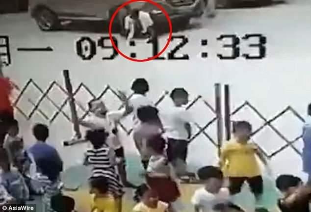 В Китае шесть воспитательниц детсада приподняли внедорожник, который наехал на мужчину