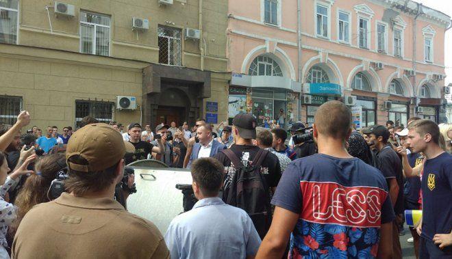 В Харькове активисты бросили заместителя Кернеса в мусорный бак