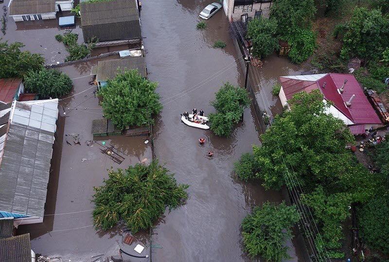 Чернигов затопило: по улицам плывут лодки, машины ушли под воду