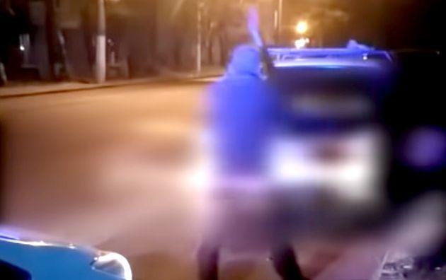 Назло врагам. В Одессе пьяный водитель, остановленный патрульными, разгромил топором свою машину