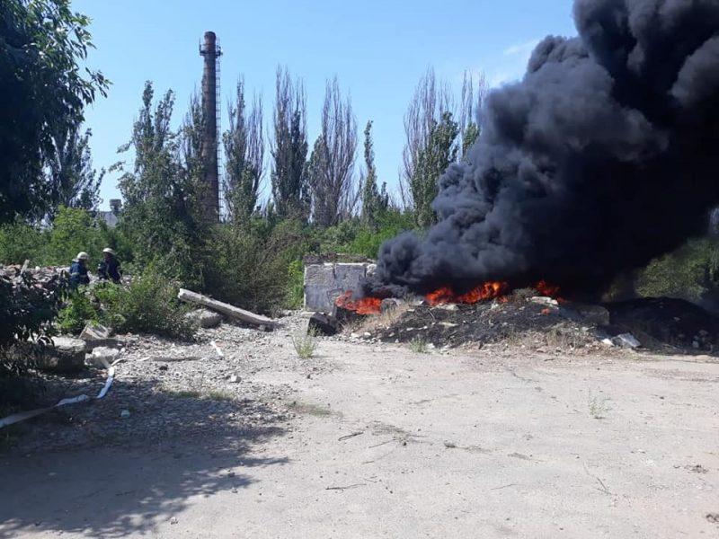 В микрорайоне Северный горит битум – угрозы распространения огня нет