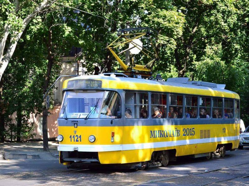 В Николаеве очередной трамвай пострадал от рук пьяного вандала