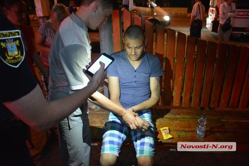 На остановке в Николаеве пьяная компания жестоко избила мужчину, который спросил о троллейбусе
