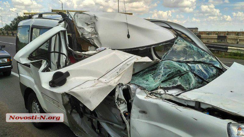 Под Николаевом водитель «Фиата» уснул и въехал в грузовик. Пострадали трое детей