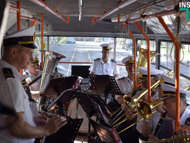 В Николаеве на специальный рейс вышел «музыкальный» трамвай с военным оркестром