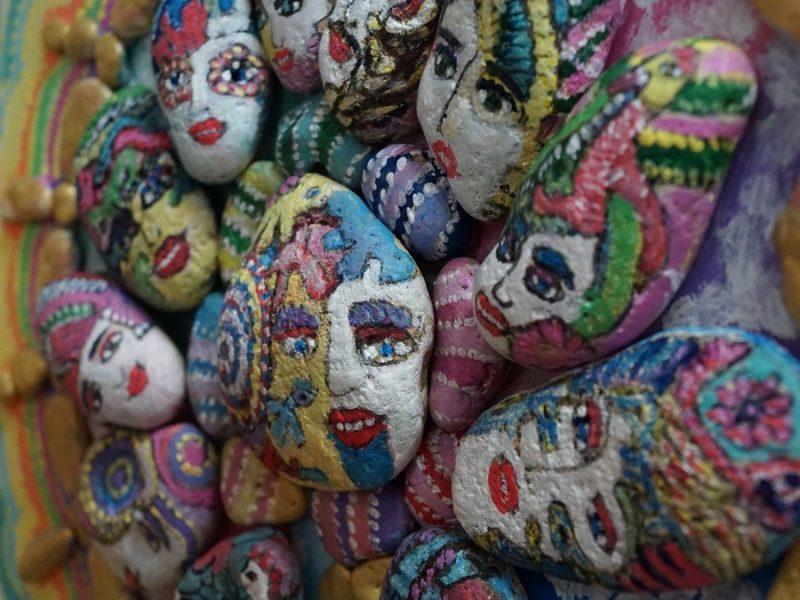 Тайная жизнь камней. Художница из Одессы показала николаевцам картины, созданные ее вдохновением и морем