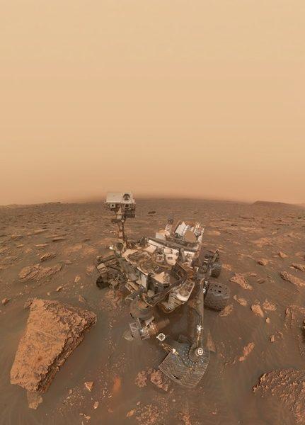 Curiosity показал селфи на фоне бури на Марсе