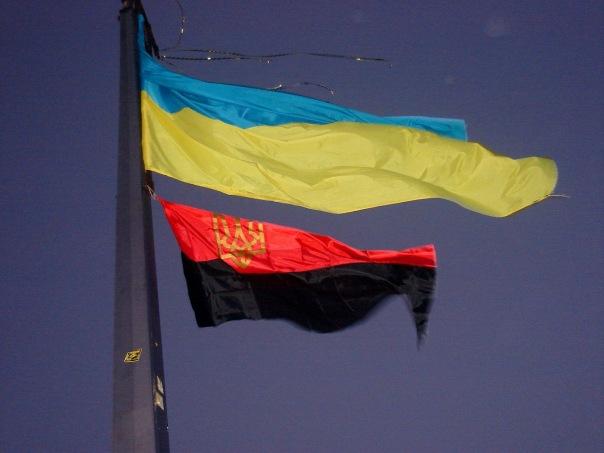 Сумской горсовет решил поднимать черно-красный флаг ОУН наряду с государственным