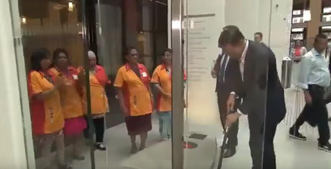 Премьер-министр Нидерландов сам вытер за собой полы под аплодисменты уборщиц