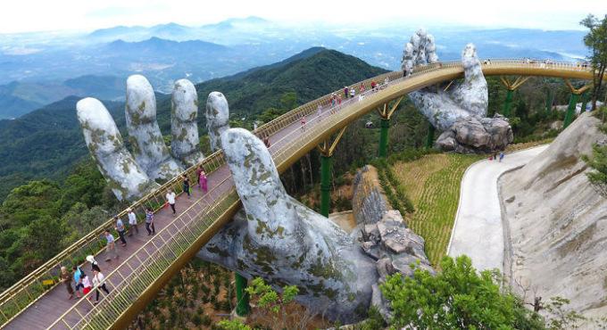 Во Вьетнаме возвели эффектный мост, который поддерживают две гигантские ладони
