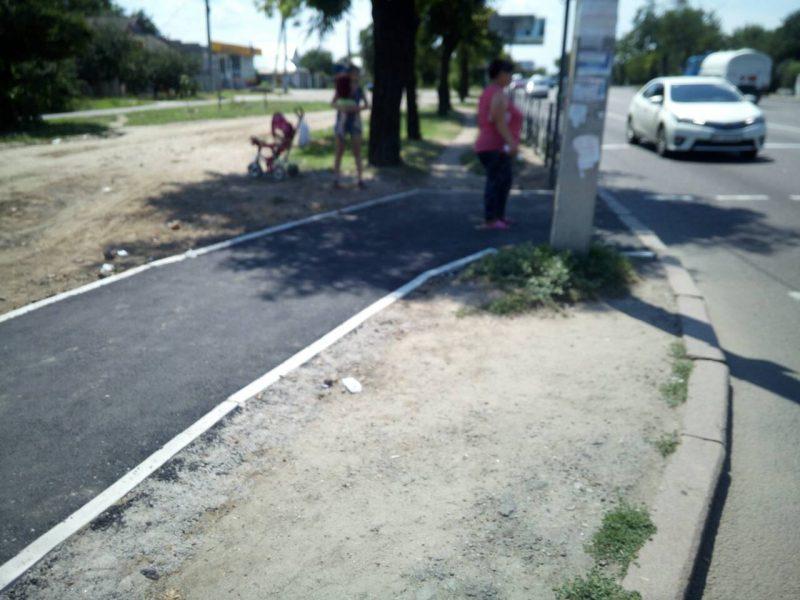 В Широкой Балке отремонтировали тротуар возле остановки