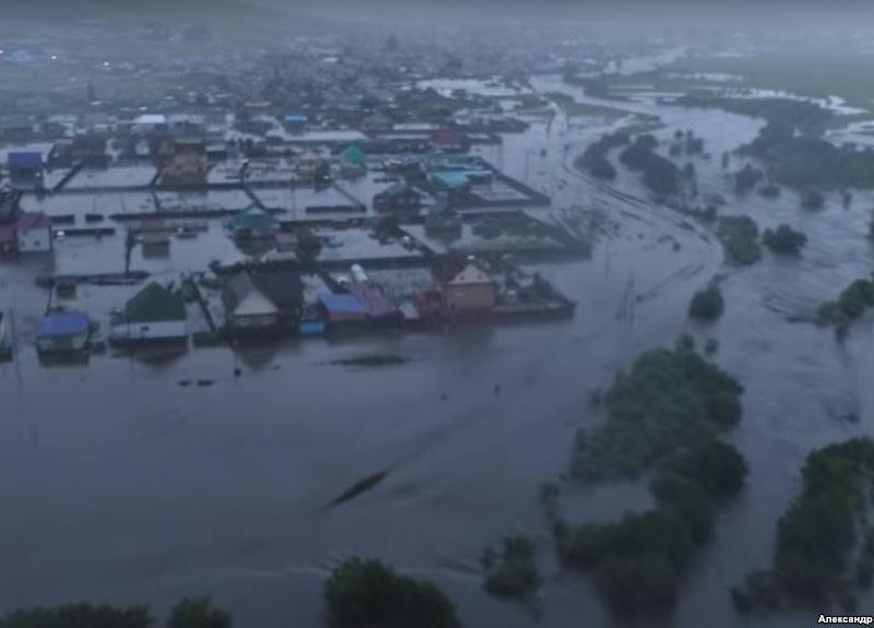 Наводнение в российском Забайкалье: подтопленные дома и рухнувший в Чите мост