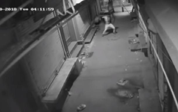 Может, это был ритуальный танец? В Индии вор станцевал перед тем, как с подельником взломал дверь магазина