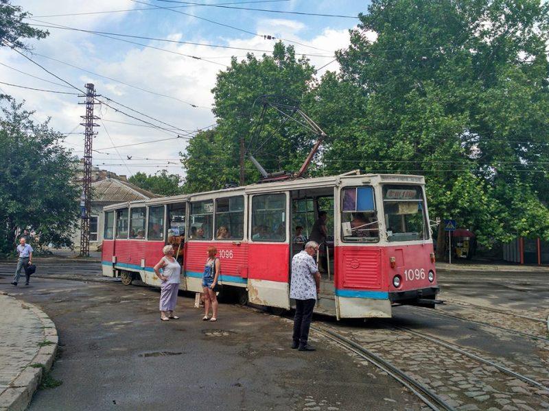 Короткий ливень в Николаеве на время «обездвижил» трамваи и повалил дерево на трамвайные пути