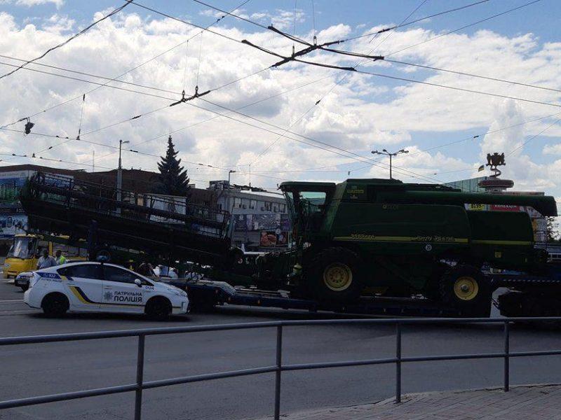 Комбайн из Николаевской области заблокировал движение в центре Винницы