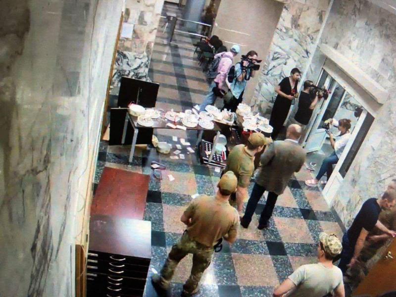 В здание НАБУ ворвались неизвестные: ломали мебель и бросались тортами Roshen