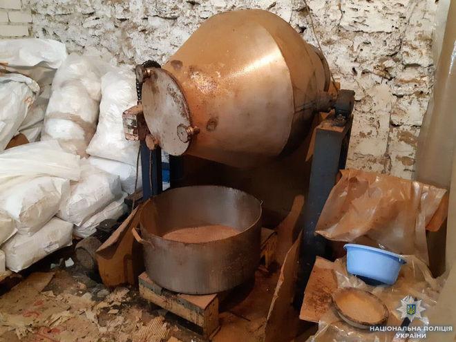 В Херсоне с помощью бетономешалки подделывали кофе марки Maccoffee