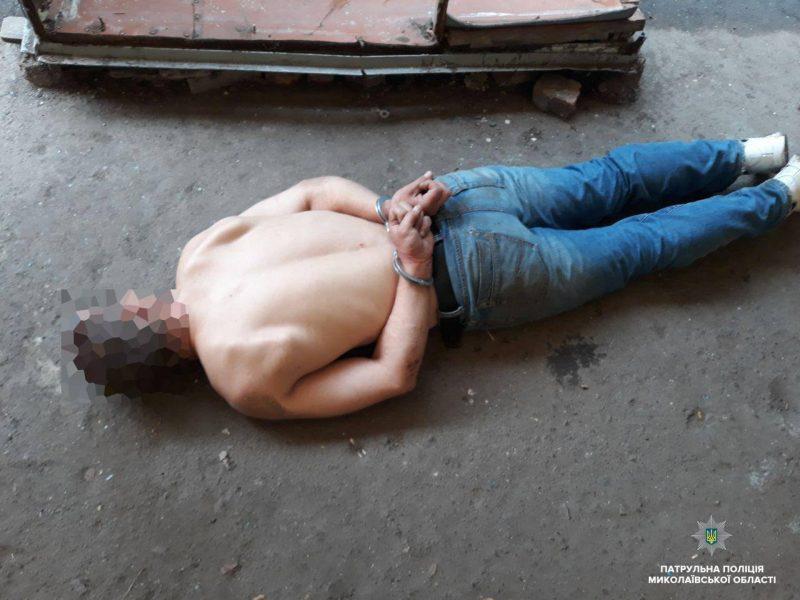 В Николаеве пьяный приставал с ножом к прохожим, а после устроил спектакль для патрульных