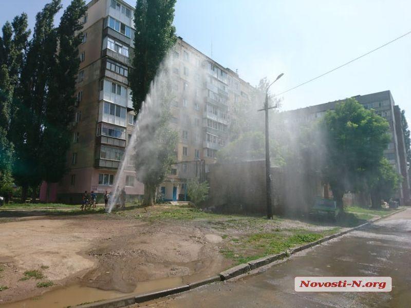 Фонтан высотой до 6 этажа: во дворе жилого дома в Николаеве мощный прорыв водопровода