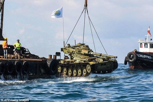 Танки для рыб! У берегов Ливана строят искусственный риф из отслужившей военной техники