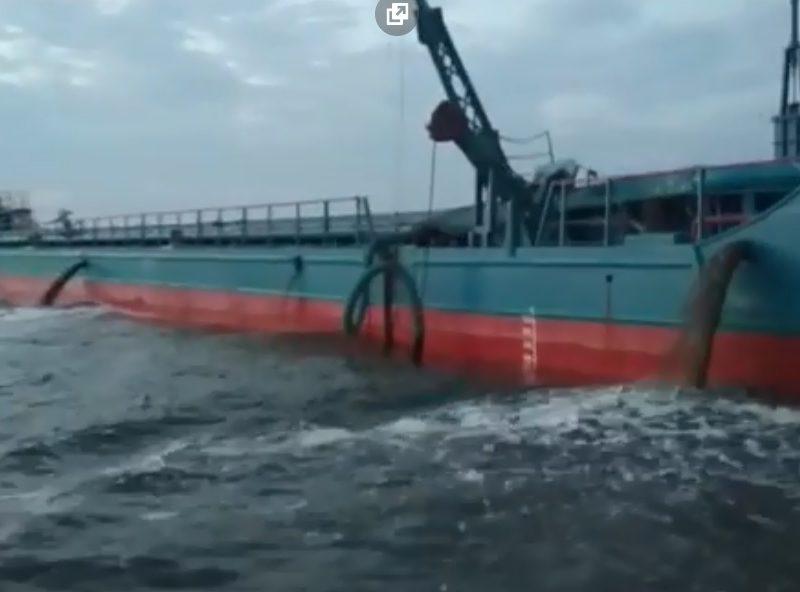 В Очакове бьют тревогу: суда возле Майского сливают в воду неизвестную жидкость