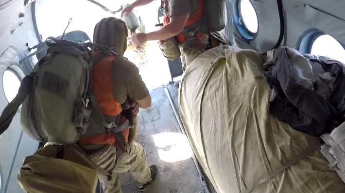 Парашютный прыжок на воду: николаевские десантники поделились зрелищным видео от  первого лица