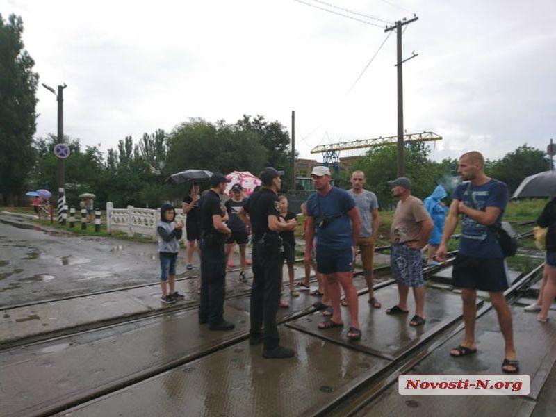 В Николаеве продолжаются протесты жильцов общежитий из-за отключений электроэнергии за долги: перекрывали железную дорогу и проспект Богоявленский