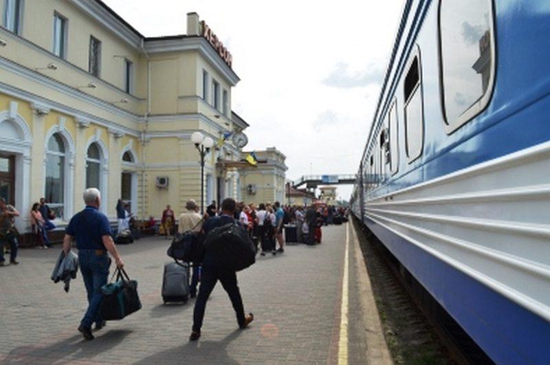 К осенним каникулам «Укрзализныця» запустит 8 дополнительных поездов