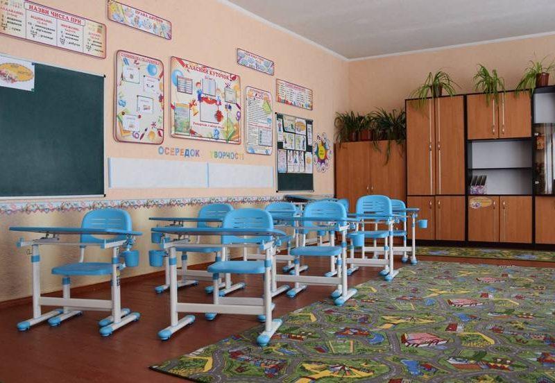 В одной из школ Николаевщины первоклассники теряли сознание от вони новой мебели