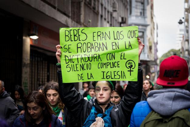 В Буэнос-Айресе у здания Сената произошли столкновения после провала инициативы о легализации абортов