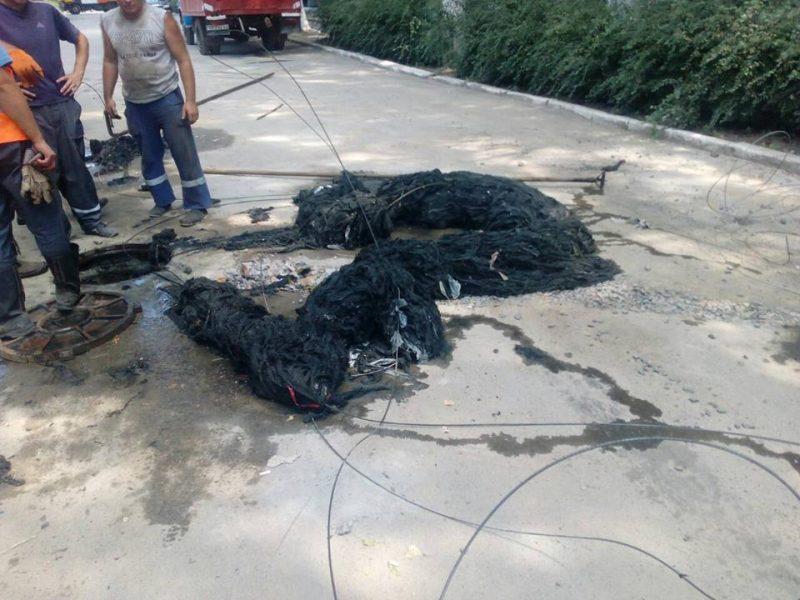 Когда такое «живет» в канализации, не удивительны порывы: «Николаевводоканал» показал, что «добыл» на месте очередного прорыва