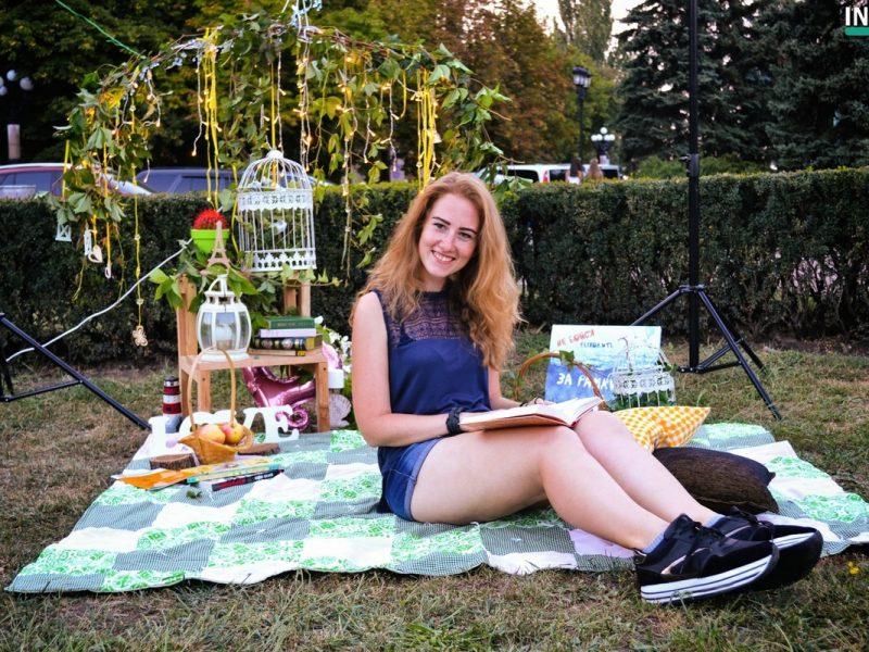 «Читаю на Соборной»: Николаевцы провели уютный вечер с книгой на газоне перед мэрией